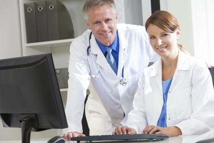 רופאים משתמשים במחשב במשרד בית חולים