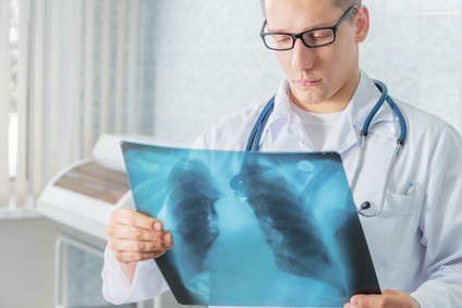 רופא עם צילום רנטגן בידיים
