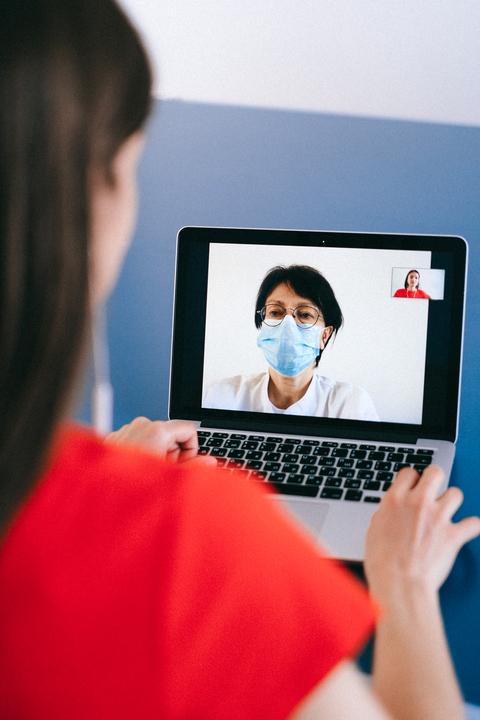 אישה שיש לה שיחת וידאו עם הרופא